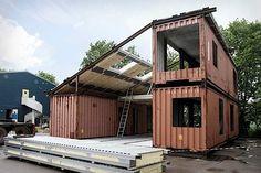 Baustelle mit Wohncontainer-Grundelementen. Bild: Argency Architecture.