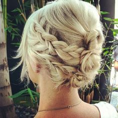 Looking for the hairstyles so as to sport on an appropriate hairstyle for short hair on the big day? Here are top bridesmaid hairstyles for short hair from which you can choose.