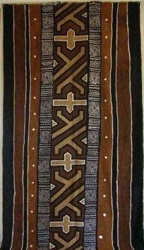 Le bogolan est un tissu teint suivant une technique utilisée au Mali, Burkina Faso, Guinée Le mot bogolan, de la langue bambara (la langue la plus utilisée au Mali), vient des mots bogo la terre, et lan qui veut dire avec. Après une teinture de base obtenue avec de la terre de couleur ocre, les tissus sont à nouveau travaillés avec des teintures de bases minérales ou des décoctions végétales (feuilles ou écorces d'arbres).