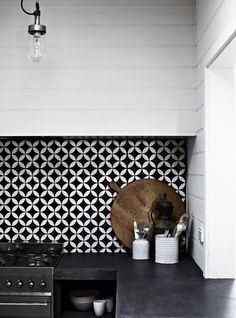 black and white patterned kitchen   cuisine à motifs noir et blanc