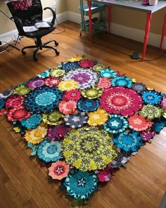 all_the_worlds_a_patternAnd just like that I'm ready to start sewing it all together. Paper Piecing Patterns, Quilt Block Patterns, Quilting Projects, Quilting Designs, Quilting Tutorials, Millefiori Quilts, Kaleidoscope Quilt, Hexagon Quilt, English Paper Piecing