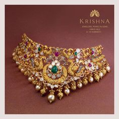 For the glorious feminine this choker necklace crafted in yellow gold with the Polkis Rubies Emeralds South sea pearls beautify female's neckline.For More Info Whatsapp on 29 September 2019 Indian Gold Jewellery Design, Indian Jewelry Sets, Jewellery Designs, Bridal Jewellery, Gold Pearl Necklace, Pearl Jewelry, Gold Jewelry, Jewelry Design Earrings, Necklace Designs