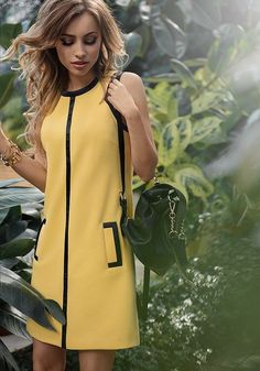 La robe Salbei esprit André Courrèges, einfach, sobre et chic. Un muss de la garde-robe Simple Dresses, Pretty Dresses, Casual Dresses, Short Dresses, Fashion Dresses, Dresses Uk, Mode Pop, Mode Outfits, Yellow Dress