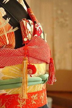 kimono: beautiful obi and obijime detail with tassels. Japanese Textiles, Japanese Fabric, Japanese Geisha, Japanese Beauty, Modern Kimono, Kimono Japan, Samurai, Japanese Wedding, Kimono Fabric