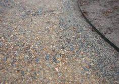Kiesweg: verdichteter Schotter und Blech als Wegekante