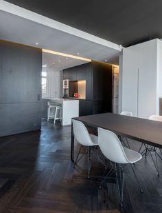 HABITATION / aménagement appartement / noir et blanc / salle à manger / plafond noir / parquet chevron noir / Architecture Intérieure MAYELLE / Photographie Pierre