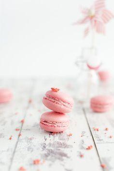pink macaron by enrimassari - Food Photography - Macaron Macaron Wallpaper, Pink Wallpaper Iphone, Macaron Cookies, Macaron Recipe, Pink Photography, Food Photography Styling, Sweets Photography, Pink Macaroons, Pink Foods