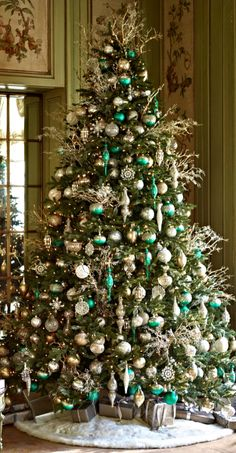 120 Best Christmas Tree Decorating Ideas That You'd Have to Take Inspiration From - Hike n Dip - - Choose the Best Christmas Tree decorating ideas. These Christmas Tree decorations are the best & trending Christmas decorations ideas of the year. Silver Christmas Decorations, Silver Christmas Tree, Beautiful Christmas Trees, Christmas Tree Themes, Noel Christmas, Green Christmas, Xmas Tree, Christmas Wreaths, Christmas Crafts