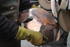 Polissage de la corbeille en cuivre martele. Copper, Objects