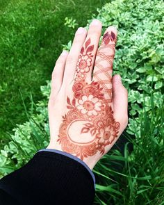 Gorgeous, unique designs 😍😍😍😍😍 Henna artist: @promyshennacavern ✨ #pakistanibride #henna #floralhenna #hennalookbook #hennaartists…