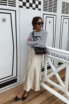 Slip skirts: the most stylish looks and pieces to shop - Fashtrack Spring Summer Fashion, Spring Outfits, Summer Chic, Cold Summer Outfits, Night Outfits, Maxi Skirt Outfits, Maxi Skirts, Dress Skirt, Looks Street Style