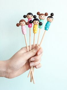 Make these adorable kiddie cocktail stir sticks inspired by Kokeshi dolls for your next party! Diy Resin Crafts, Craft Stick Crafts, Crafts For Kids, Diy Kokeshi Dolls, Matryoshka Doll, Diy Doll Easy, Hobbies For Kids, Cheap Hobbies, Quilling Paper Craft