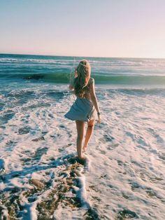 Imagem de girl, beach, and sea