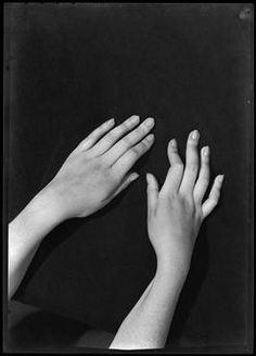 Etude de mains (Autoportrait), Vers 1930, Dora Maar Hand Reference, Drawing Reference Poses, Anatomy Reference, Photo Reference, Dora Maar, Contrast Photography, Art Photography, Photos Corps, Photographie Art Corps