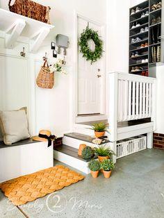 Garage Steps, Garage Bench, Garage Entryway, Mud Room Garage, Diy Garage Storage, Garage House, Garage Organization, Garage Interior, Home Interior