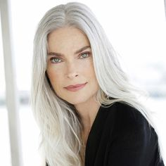 ROXANNE GOULD - Roxanne is the very essence of mature beauty. At the Silver Agency model is a fine example of a woman's ability to remain confident & beautiful well into the middle & later years. Natural Beauty from BEAUT. Long Gray Hair, Silver Grey Hair, White Hair, Pelo Color Plata, Silver Haired Beauties, Grey Hair Inspiration, Peinados Pin Up, Beautiful Old Woman, Ageless Beauty