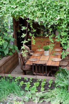 Garden table ||The Little French Bullblog