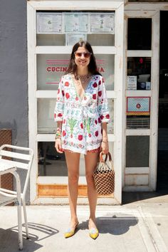 Idée et inspiration look d'été tendance 2017   Image   Description   Here is outfit #1, which includes a kimono, airy shorts and sidewalk slippers (just like house slippers, but for the great outdoors). If you're wondering to where you'd wear this outfit, I ask you to consider...