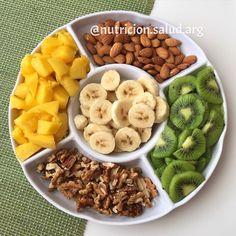 """Cuándo volverán aquellos días en que había frutas de todos los tamaños, colores y sabores?  Por estos momentos estaría deseando que vuelva el verano... Mientras tanto me conformo con lo que hay jaja.  Preparé una """"picadita"""" con  Mango  Banana  Kiwi  Almendras  Nueces. Antes de que alguien me rete, les aviso que es para compartir!"""