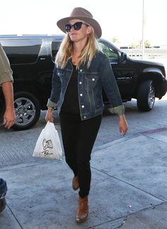 Reese Witherspoon in LA. #poshpoint #reesewitherspoon #streetstyle #casual #jbrand #rag&bone #fashion #LAX