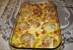 INGREDIENTES: 10 coxas de frango, com pele 20 fatias de bacon fino (2 por coxa) 1 e 1/2 copos de requeijão 5 batatas grandes 1 pacote de queijo ralado 3 dentes de alho ralado 2 colheres de sopa de sal 1 cebola ralada Pimenta-do-reino a gosto Azeite MODO DE FAZER: Tire o final do osso …