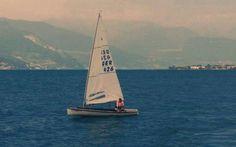 80 O-Jolle, classe 1936, sul Lario Nel lontano 1936, nelle acque di Kiel, fa il suo debutto alle Olimpiadi di Berlino la O-Jolle, una barca in legno straordinaria che oggi possiamo ammirare anche in Italia. Quell'anno l'oro fu vinto  #vela #regate #lario #olimpica