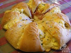 Deze hartige croissant-krans met ei, kaas en spek MOET je echt proberen, zo lekker!