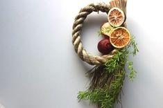 ドライフルーツをあしらったナチュラルテイストのしめ飾りです。ドライフルーツの甘い香りに気分良く新年を迎えられそうですね!