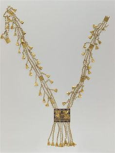 Necklace floral pendants with wafer name Pinudjem I - 21st Dynasty, about 1050 BC. | Photo (C) Musée du Louvre, Dist. RMN-Grand Palais / Christian Decamps