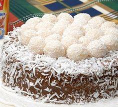 Bolo brigadeiro com brigadeiros brancos no topo!   Link com recheios para bolos de aniversário.