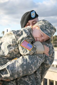 Dedicated to all things military. To show support, admiration and appreciation to American troops. Military Love, Military Families, Military Soldier, Military Homecoming, Foto Baby, Support Our Troops, Real Hero, American Soldiers, American Pride