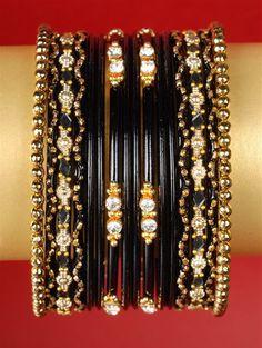 Ozdobny komplet 16 bransoletek w kolorze czarnym.