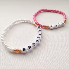 ** Aufgeführt ist ein Armband, mit dem Namen oder Ausdruck Ihrer Wahl! Bitte wählen Sie eine Kombination von Größe und Farbe an der Kasse. Wenn Sie eine Farbkombination auswählen, ist die erste Farbe aufgeführt die Hauptfarbe des Armbandes; und die zweite Farbe werden die