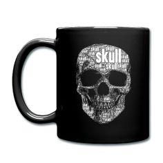 """Schwarze Tasse mit Totenkopfmotiv, welches zusammengesetzt ist mit dem Wort """"skull"""" in verschiedenen Schriftgrößen. Das Motiv habe ich mit einem iPhone-App gestaltet und eignet sich überwiegend als Aufdruck auf Produkte mit schwarzen Hintergrund Materialien.  Mehr Infos auf www.toller-laden.de"""