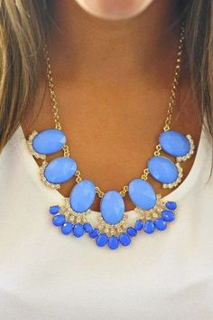 3b437f98aa10cd This is definitely a statement color and a statement necklace. Collier  Bleu, Accessoires Chaussures