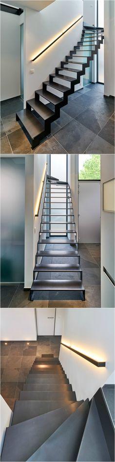 """Zwarte stalen trap """"Thin Black"""" van het Belgische merk Genico. De treden zelf zijn van brut staal en dus uiterst krasvast en zijn eveneens voorzien van een speciale akoestische samenstelling! De trapboom en muurleuning zijn gelakt staal. De muurleuning is uitgerust met ingebouwde ledverlichting. #genico #trappengenico"""