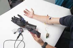 3Dプリンンターとスマホが可能にした「個性にあわせて使える」義手とは?