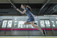 Today#39 Levitatio 06/25/2011 2014 coyNatumi Hayahi空中に浮かんでいるセルフポートレート作品が人気の写真作家・林ナツミの展覧会「林ナツミ展『本日の浮遊...