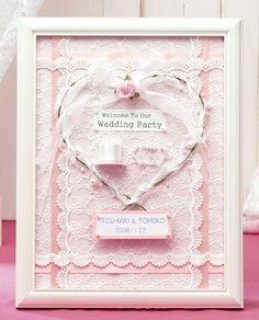 白とピンクで彩られたハートマークが特徴的なウェルカムボードです。天使のようなかわいらしさがハッピーな気持ちにさせてくれます。