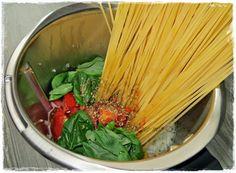 Ihr benötigt. ♡ 340 g Spaghetti ♡ 400 g Cocktailtomaten, oder Tomaten geviertelt ♡ 4 Knoblauchzehen ♡ 1 Zwiebel ♡ Bund Basilikum ♡ 700 g Wasser ♡ 30 g Öl ♡ 1 TL Oregano ♡ 1 TL Salz ♡ Prise Pfeffer …
