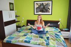 Julia im Bett aus Thermobuche und Leder http://www.die-moebelmacher.de/produkte/wohnen/schlafzimmer/massivholzschlafzimmer12bis1.html