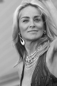 Sharon Stone still awesome Most Beautiful Women, Beautiful People, Sharon Stone Photos, Sharon Tate, Actrices Hollywood, Female Actresses, Black And White Portraits, Charlize Theron, Classic Beauty