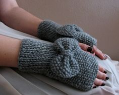 Etsy の Grey Fingerless Gloves with Bow by SistersandStories
