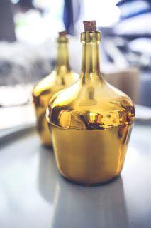 Une liqueur maison aux noix, parfumée aux écorces d'orange, à la cannelle. Mélangez, laissez reposer, ajoutez les épices et l'orange et voyez comme ce digestif aux noix est facile et rapide à préparer.