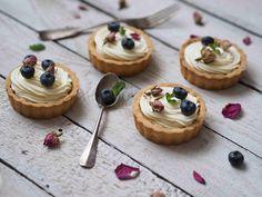 Tartaletky jsou naprosto úžasný dezert. Můžete je totiž naplnit jakýmkoli vaším oblíbeným krémem a máte hotovo. Korpusy si klidně můžete udělat den dopředu a v den vaší návštěvy máte hotovo během několika minut. Tartaletky můžete… Mini Cakes, Cake Pops, Cheesecake, Food And Drink, Pudding, Cupcakes, Sweets, Lunch, Baking