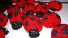 bomboniere uncinetto laurea coccinelle portafortuna realizzate a mano con pochi grammi di lana semplici e veloci da fare con velo e confetti rossi