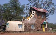 A Casa-Sapato fica na África do Sul. Foi um presente do artista Ron Van Zyl para sua mulher. Erguida em 1990, faz parte de um complexo com oito chalés, acampamento, restaurante, piscina e bar.