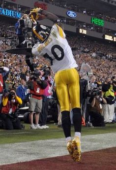 Santonio Holmes makes THE CATCH that gave the Steelers their SIXTH Super Bowl title with a thrilling win over Arizona in Pittsburgh Steelers Wallpaper, Pittsburgh Steelers Players, Go Steelers, Pittsburgh Sports, Nfl Sports, Nfl Football, Pitt Steelers, Steelers Images, Steelers Helmet
