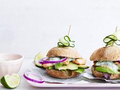 Kipburgers met avocado - Libelle Lekker Avocado, What To Cook, Salmon Burgers, Nom Nom, Healthy Recipes, Healthy Food, Chicken Recipes, Good Food, Pasta