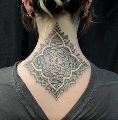 .  . Artist: Hidden Moon Tätowierungen im Nacken, die sogenannten Nape-Tattoos, erfreuen sich immer größerer Beliebtheit. Dieses Motive werden sehr oft als Ornament oder Symbol gestochen. Im Grunde ist aber jede nur erdenkliche Stilrichtung für diese Körperstelle geeignet. Da es sich um eine st…